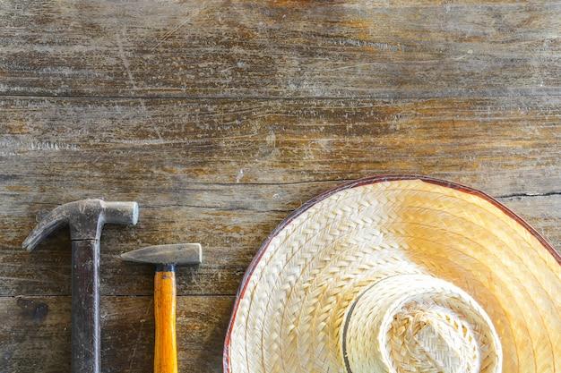 Marteaux et chapeau sur fond de bois ancien, espace copie