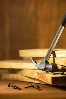 Marteler et visser le bois dans l'éclairage et l'ombre du soleil du matin. le concept de menuiserie ou de menuiserie.