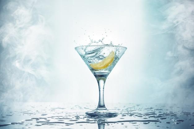 Martini au citron avec éclaboussures et fumée