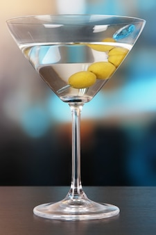 Martini aux olives vertes sur table en bar