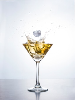 Martini ou cocktail avec splash