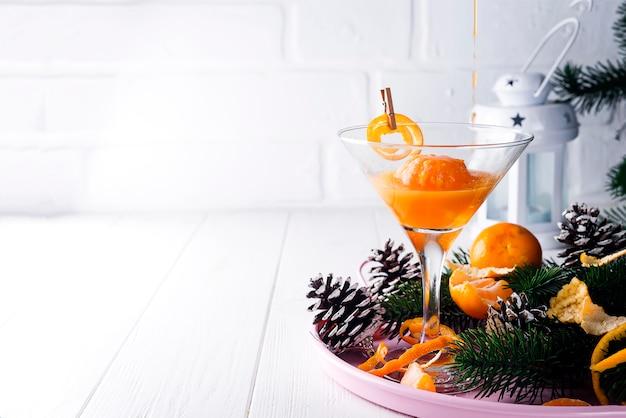 Martini dans un verre de nouvel an