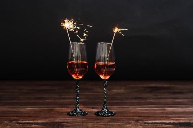 Martini dans des verres avec des feux de bengale