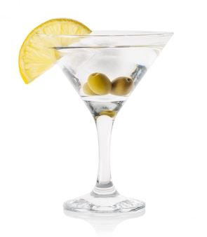 Martini avec glace et olives dans un verre transparent