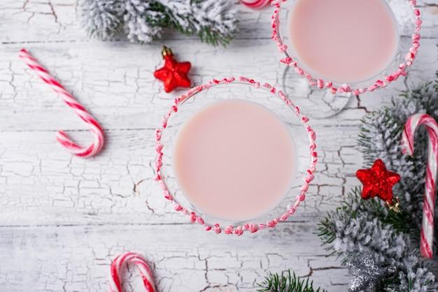Martini à la menthe poivrée rose avec bord de canne à sucre