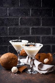 Martini à la noix de coco ou margarita. cocktail alcoolique