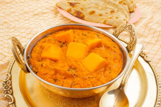 Masala au beurre de fromage de cuisine indienne servi avec roti tandoori