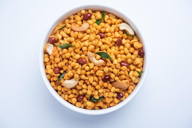 Masala kara boondã'â ou namkeen bundi avec noix de cajou, arachides et feuilles de curry, casse-croûte indien à base de farine de besan