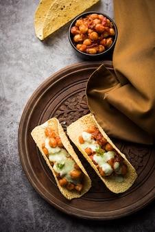 Masala papad tacos est une recette d'apéritif indien fait dans le style du taco mexicain