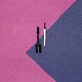 Mascara noir et eye-liner. vue de dessus, mise à plat. les essentiels du maquillage des yeux