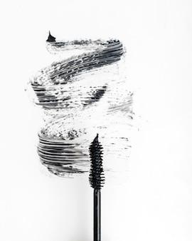 Mascara noir sur fond blanc