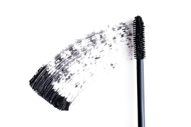 Le mascara noir macule sur fond blanc