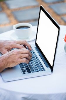 Masculine mains taper sur un ordinateur portable