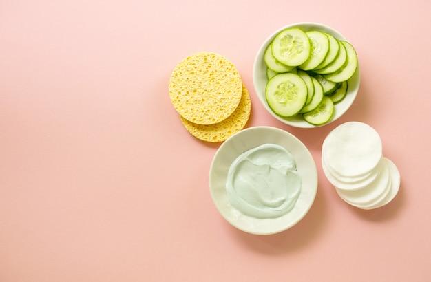 Masque d'argile pour le visage dans un bol et des articles de soin