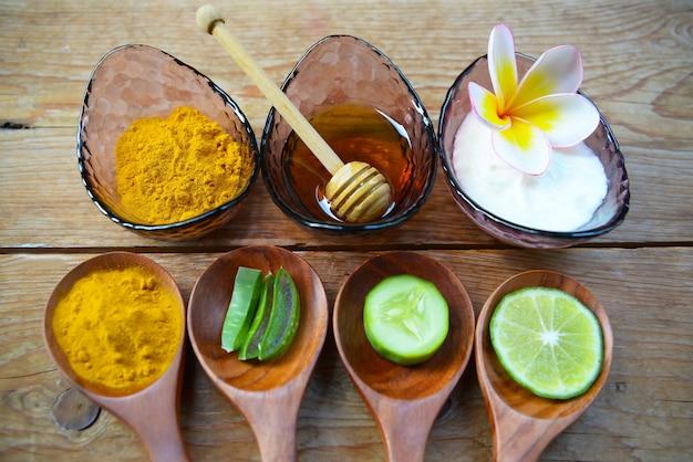 Masque au yogourt en poudre au curcuma et miel pour la santé de la peau.