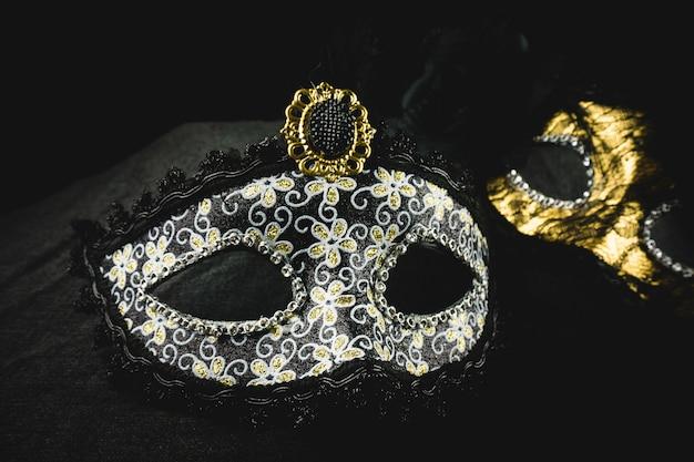 Masque blanc et or sur un fond sombre