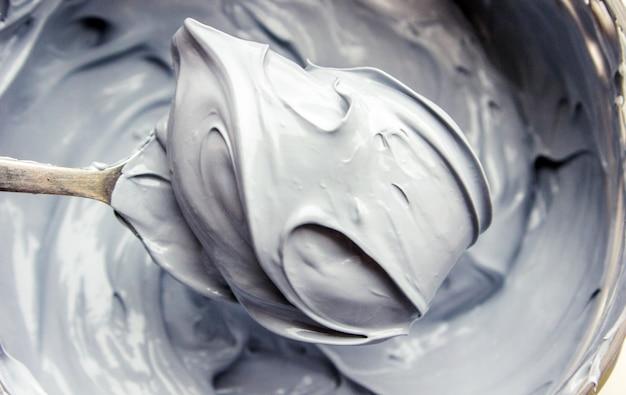 Masque de boue en argile avec des minéraux de la mer morte. texture. mise au point sélective.