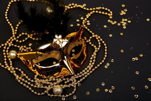 Masque de carnaval noir et or. vue de dessus