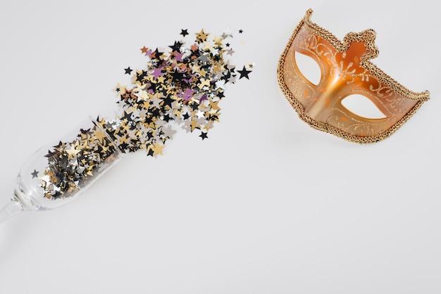 Masque de carnaval avec des paillettes dispersées dans du verre