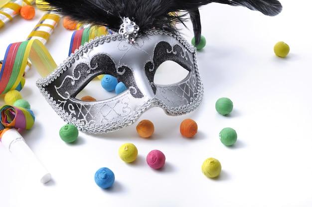 Masque de carnaval parmi cotillon coloré