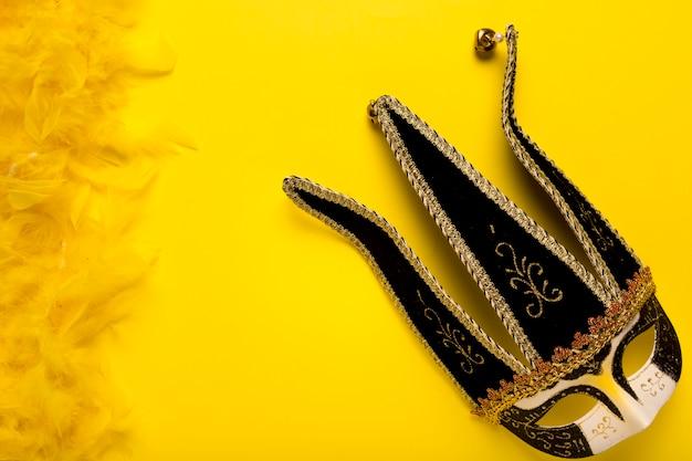 Masque de carnaval plat poser sur fond jaune