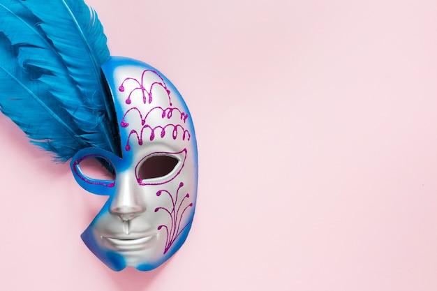 Masque de carnaval avec plumes et espace copie