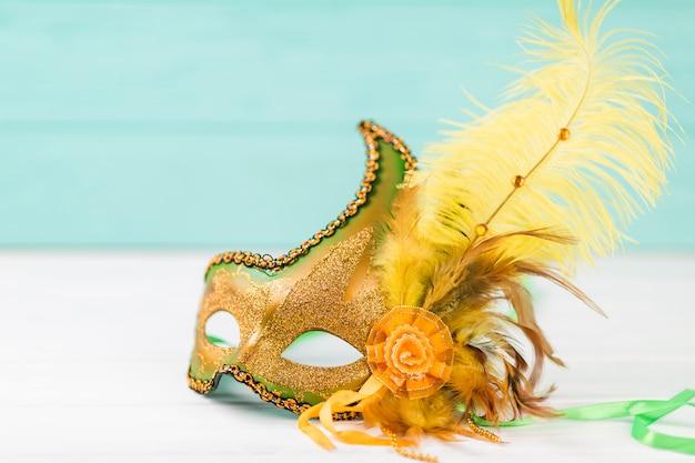 Masque de carnaval avec des plumes