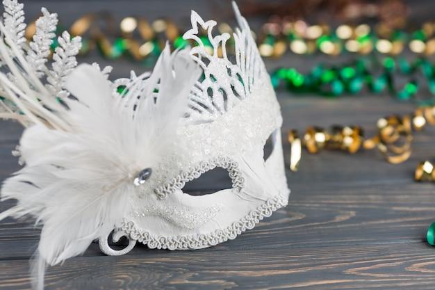 Masque de carnaval sur table en bois