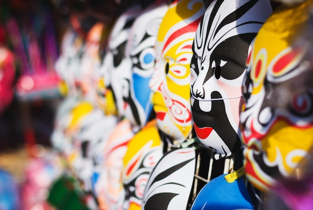 Masque chinois vendant au marché