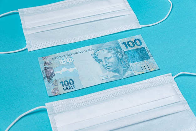 Masque chirurgical et argent réel brésilien,