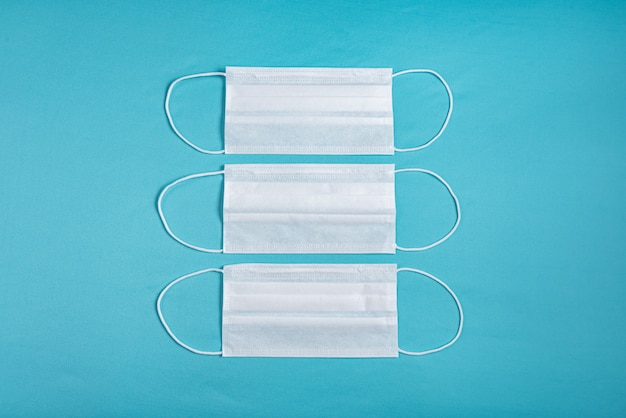 Masque chirurgical sur fond bleu minimaliste