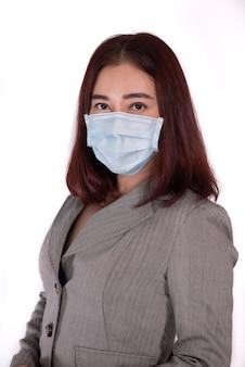 Masque chirurgical de matériel féminin de portrait empêcher le virus covid19 ajouter un tracé de détourage