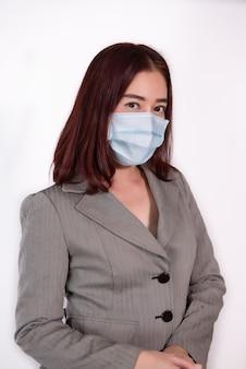 Masque chirurgical portrait femelle ware prévenir virus covid19