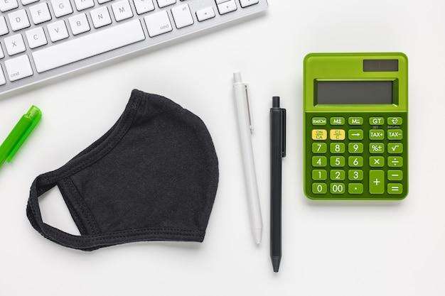 Masque, clavier et calculatrice et concept d'entreprise