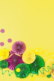 Masque de confettis colorés carte de voeux serpentine colorée carnaval mardi gras noël