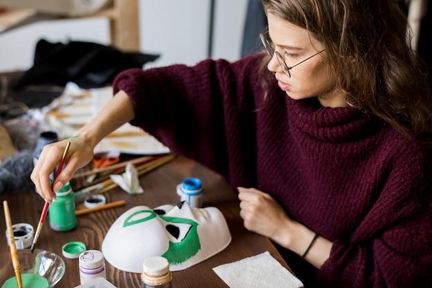 Masque douloureux en studio de design