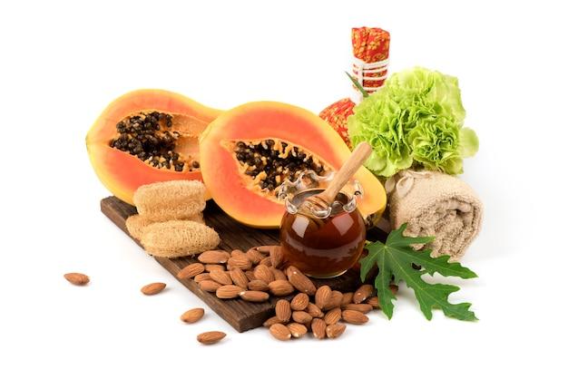 Masque facial au miel de fruits de papaye et huile d'amande isolé sur fond blanc.