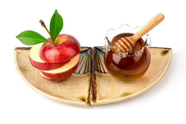 Masque facial aux pommes et miel isolé sur fond blanc.