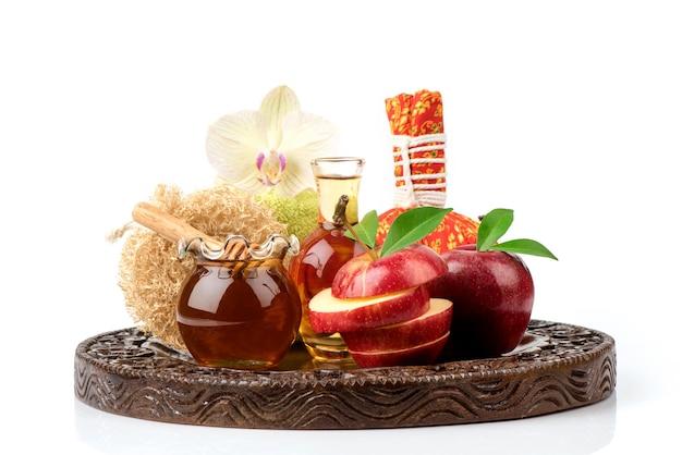 Masque facial aux pommes, vinaigre de cidre de pomme et miel isolé sur fond blanc.