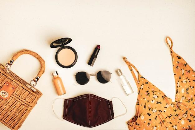 Masque facial à côté de vêtements et accessoires pour femmes