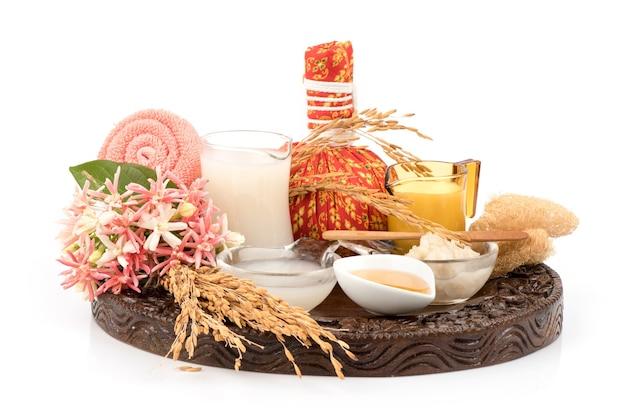 Masque facial avec de l'eau de riz brun et du miel isolé sur blanc.