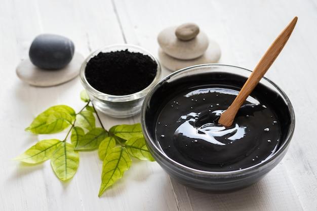 Masque facial fait maison et gommage au charbon actif en poudre et au yaourt