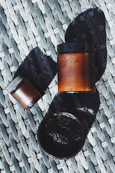 Masque facial noir de cosmétiques biologiques en pot de soins de la ligne verte naturelle pour une peau et des soins du corps sains