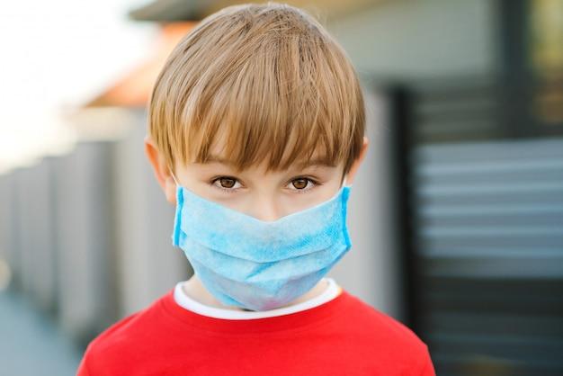 Masque facial pour la protection contre les épidémies de coronavirus. enfant portant un masque de médecine à l'extérieur. épidémie de coronavirus.