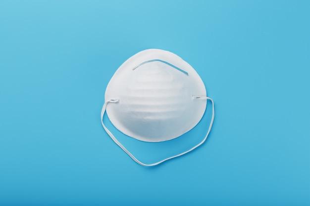 Masque facial rond sur bleu. protection antivirus isolate