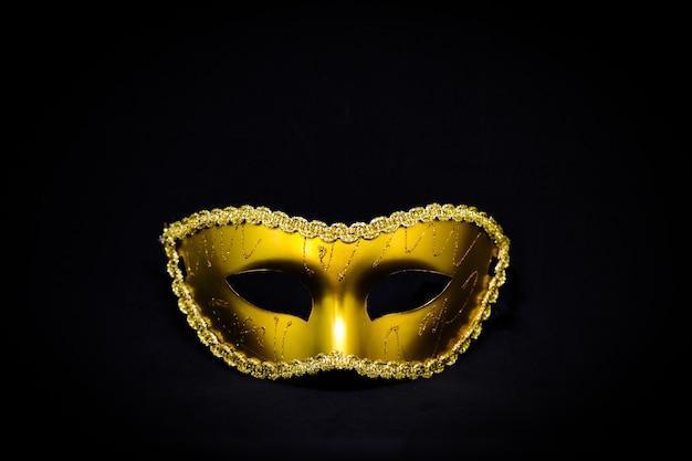 Masque de fantaisie mystère doré isolé sur fond noir