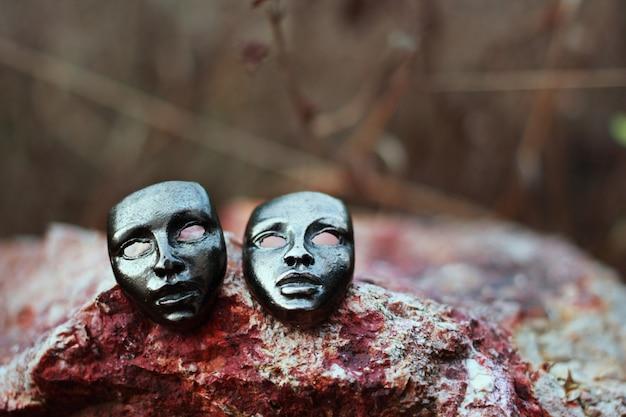 Le masque de fer sur le sol en pierre et la scène de la prairie