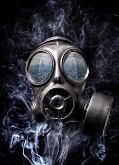 Masque à gaz et fumée