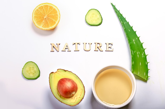 Masque d'ingrédients d'aloès sur fond clair. plante d'aloès, avocat, concombre, miel et citron. cosmétiques et soins naturels faits maison.