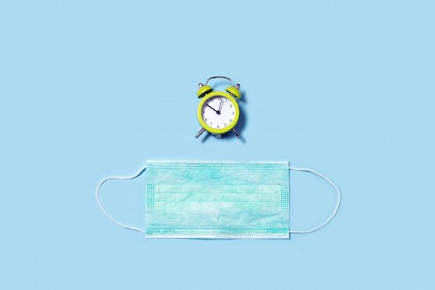 Masque jetable contre et horloge